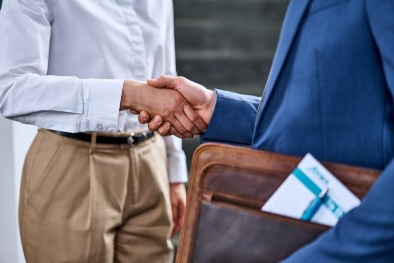 Here you see two people shaking hands at the ARWA Personaldienstleistungen GmbH headquarters